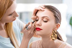 Séance de maquillage en institut de beauté